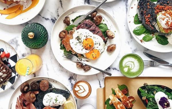 10 ماده غذایی که هرگز نباید صبح ها بخورید (و 9 صبحانه سالم)